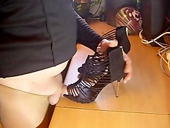 high heel in der garage gefickt 02